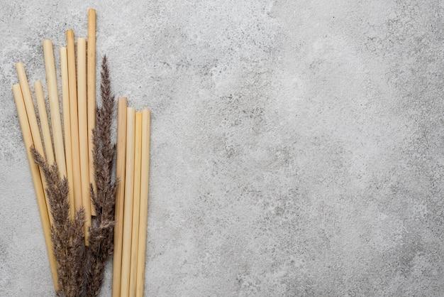복사 공간을 마시는 대나무 튜브와 라벤더 식물