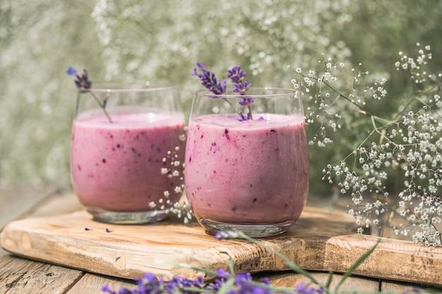 ココナッツミルク、ブルーベリーのラベンダースムージー。ビーガン飲料