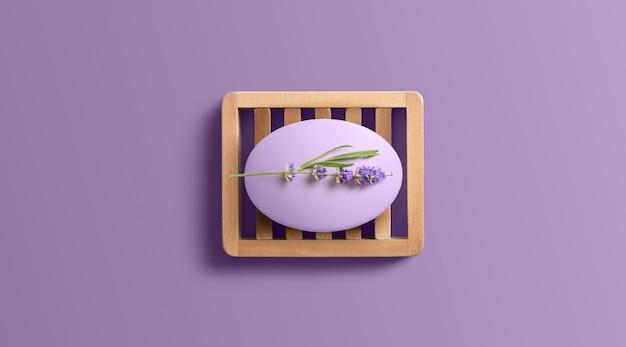 나무 접시에 라벤더 비누입니다. 복사 공간