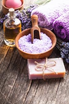 라벤더 스파 - 에센셜 오일, 바다 소금, 보라색 수건 및 수제 비누