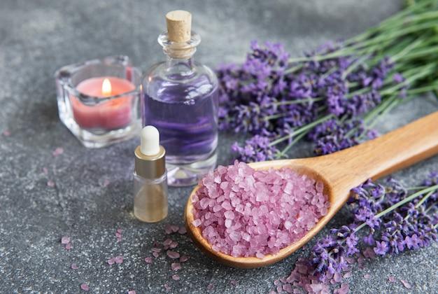 ラベンダースパ。エッセンシャルオイル、海塩、キャンドル。ラベンダーの花と天然ハーブ化粧品