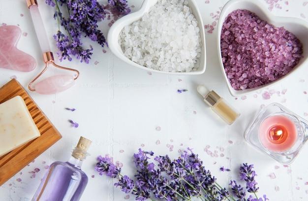 ラベンダースパ。エッセンシャルオイル、海塩、手作り石鹸。ラベンダーの花と天然ハーブ化粧品
