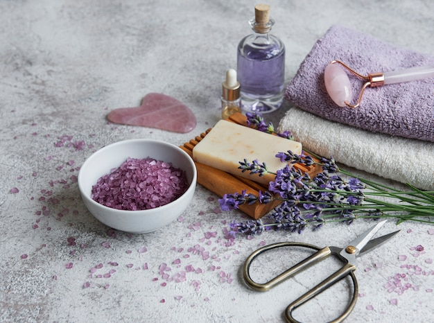 라벤더 스파. 에센셜 오일, 바다 소금, 수건 및 수제 비누. 라벤더 꽃으로 만든 천연 허브 화장품