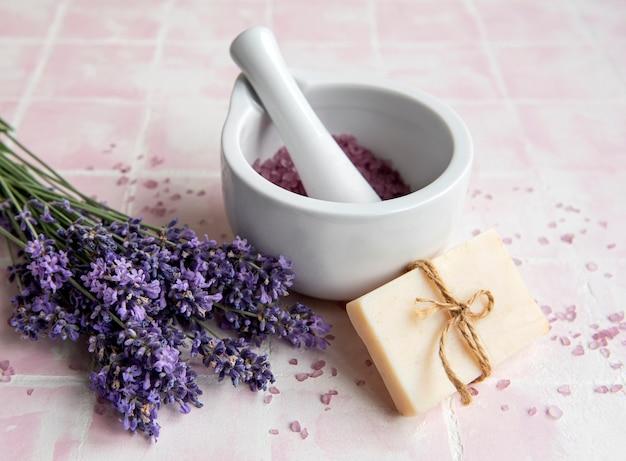 ラベンダースパ。エッセンシャルオイル、海塩、タオル、手作り石鹸。ラベンダーの花と天然ハーブ化粧品