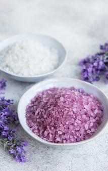 ラベンダースパ。エッセンシャルシーソルトとフレッシュラベンダー。ラベンダーの花と天然ハーブ化粧品