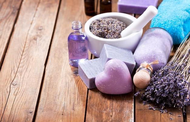 Спа-продукты с лавандой на деревянном столе