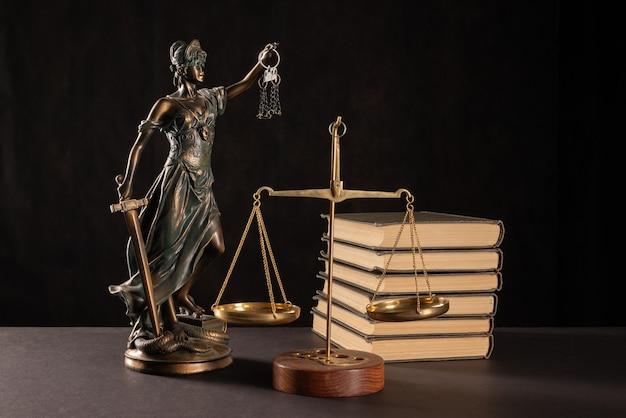 法と正義の概念。暗い背景