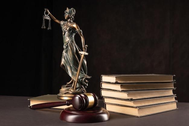 Концепция закона и справедливости. темный фон