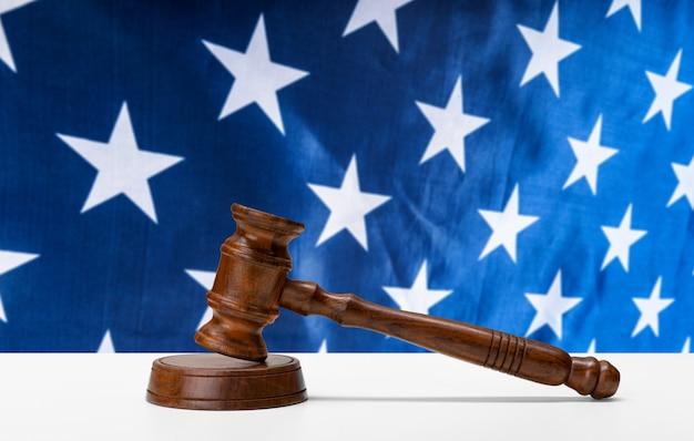 法と正義のコンセプトイメージ。茶色の木製の背景
