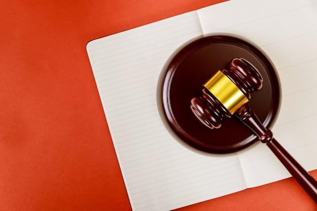 Концепция закона и справедливости с деревянным молотком судьи и блокнотом