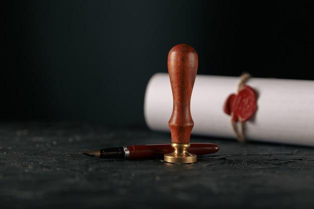 Закон, поверенный, печать нотариуса и ручка на столе.