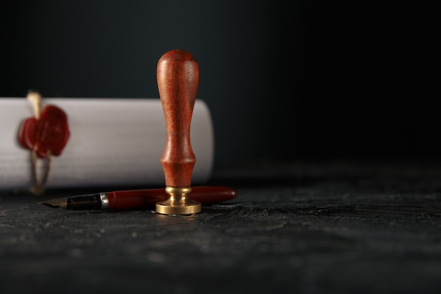 法律、弁護士、公証人の切手と机の上のペン