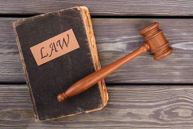 法の本とガベル。裁判所の正義の概念。上面図フラットレイ。