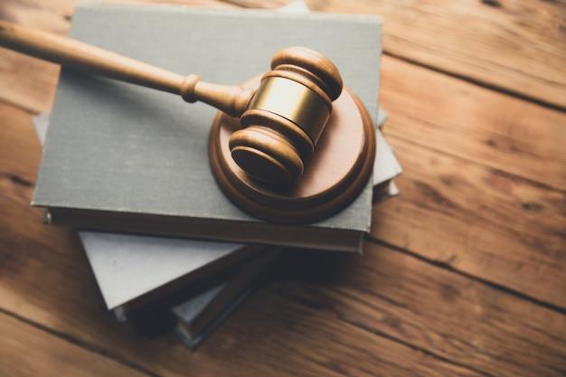 Книга закона с деревянным молотком судьи на столе