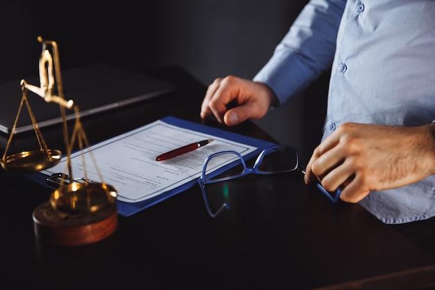 Концепция закона. бизнесмен в офисе, работать с документами.