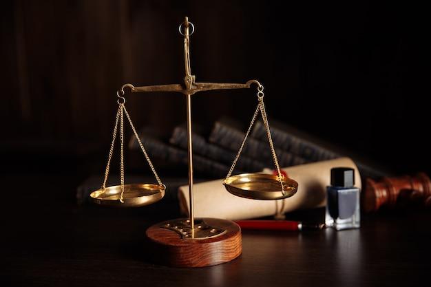 Концепция закона. молоток и весы судьи в библиотеке зала суда.