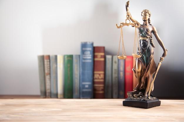 Концепция закона, леди правосудия и книга закона