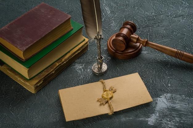 법정에서 우표와 함께 법률 개념