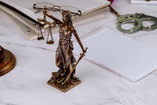 Статуя правосудия фигуры правосудия в адвокате с рабочим документом адвокатского бюро папки с файлом