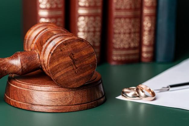 Закон молоток и обручальные кольца на столе
