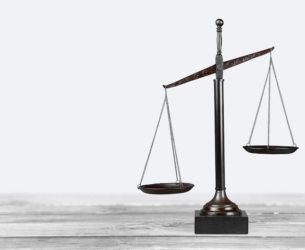 법률은 테이블 배경에 비늘입니다. 정의의 상징