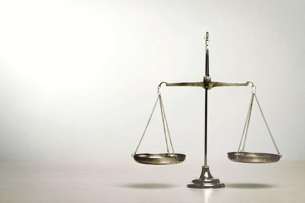 테이블에 법칙 저울