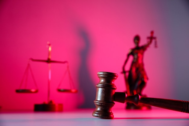 법률 테마. 판사 디노, 레이디 정의 및 테이블에 비늘.
