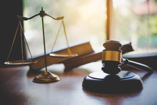 Правовая тема, молоток судьи, сотрудники правоохранительных органов, учтены доказательные дела и документы.