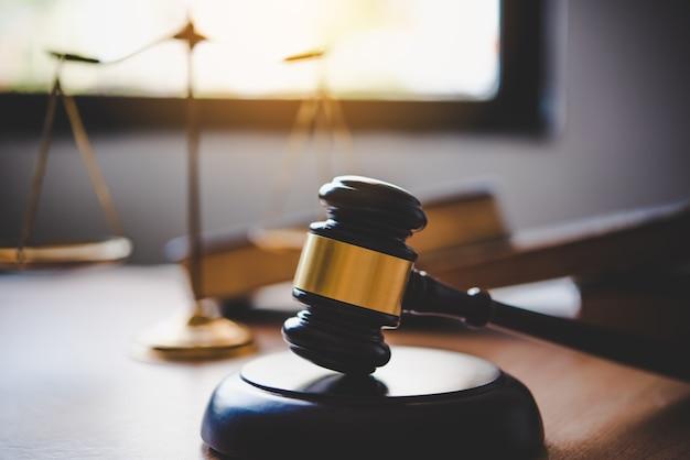 法律のテーマ、裁判官の木槌、法執行官、証拠に基づく事件と考慮された文書。