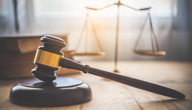법률 테마, 판사의 망치, 법 집행관, 증거 기반 사건 및 문서를 고려합니다.