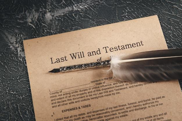弁護士と公証の概念。机の上の紙とペン。