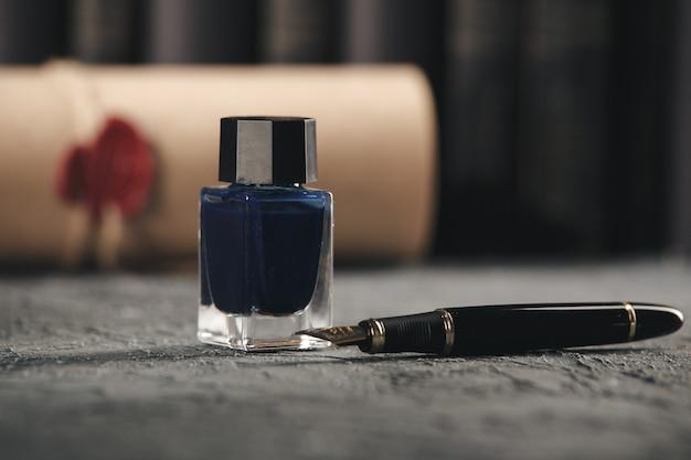 弁護士と公証の概念。ペンジュースとテーブルの上のペン。