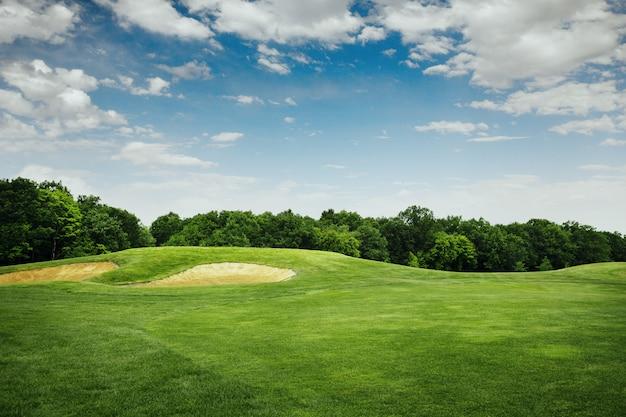 ゴルフコースでのゴルフ用の芝生と砂のバンカー