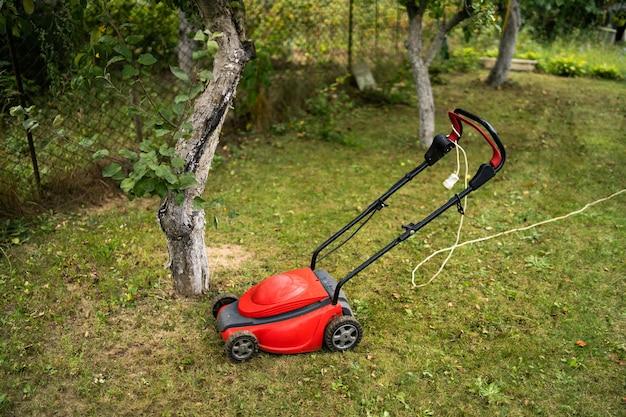 푸른 잔디에 잔디 깎는 기계. 정원 전망