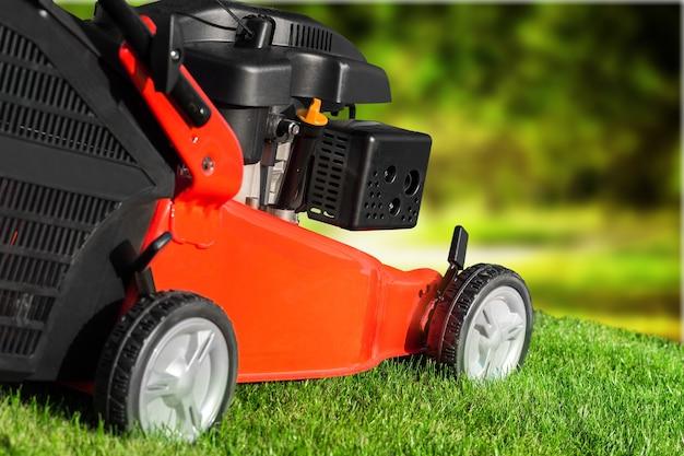 정원에서 잔디 깎는 기계