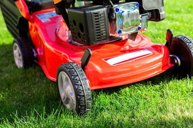 庭の芝生の芝刈り機