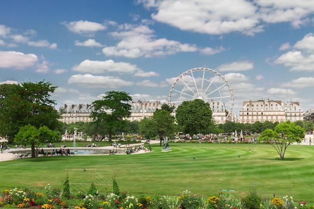 夏の日のチュイルリー庭園の芝生、パリ、フランス