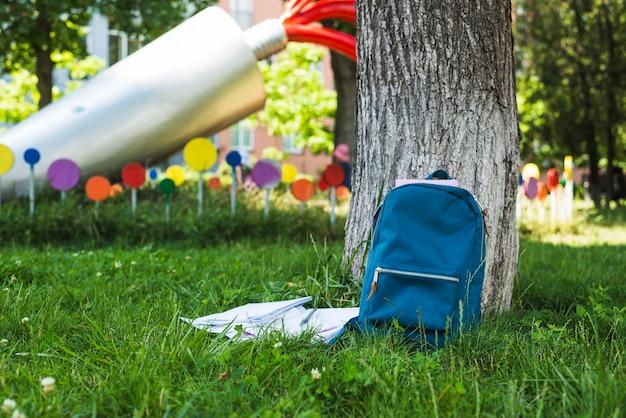 Prato in parco con zaino studentesco