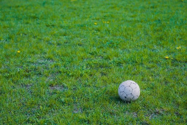 Газон с футбольным мячом