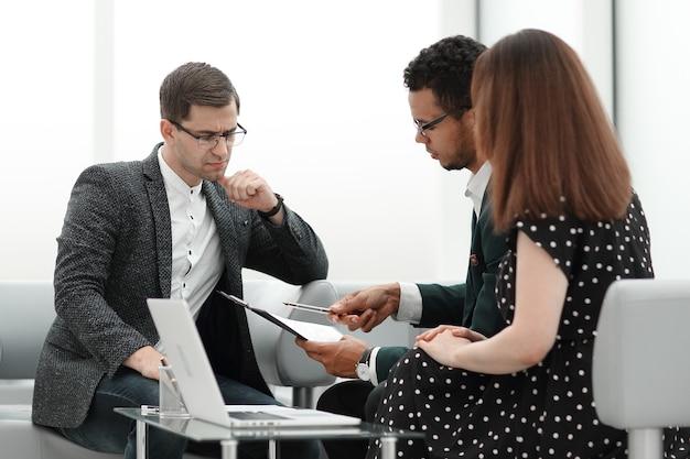 계약 조건을 논의하는 변호사와 부부. 복사 공간이 있는 사진