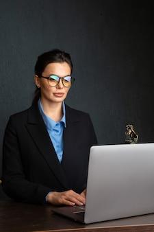 Юрист деловых женщин, работающих и нотариус подписывает документы в офисе. юрист-консультант, юстиция и право, поверенный, судья, концепция.