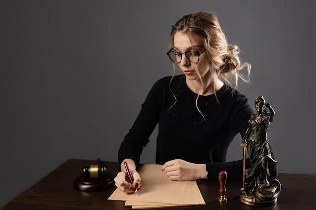弁護士のビジネスウーマンと公証人がオフィスで書類に署名します。コンサルタント弁護士、正義と法律、弁護士、裁判所の裁判官、概念