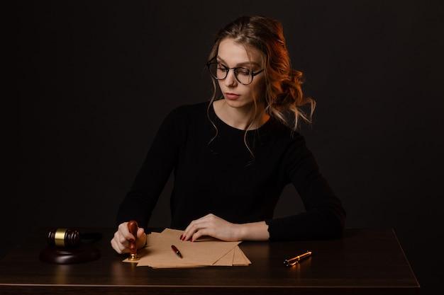 Юрист деловых женщин, работающих и нотариус подписывает документы в офисе. консультант юрист, юстиция и право, поверенный, судья, концепт