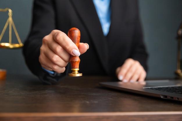 弁護士のビジネスウーマンと公証人がオフィスで書類に署名します。コンサルタント弁護士