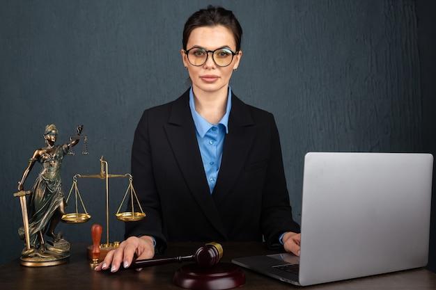 Юрист деловых женщин, работающих и нотариус подписывает документы в офисе