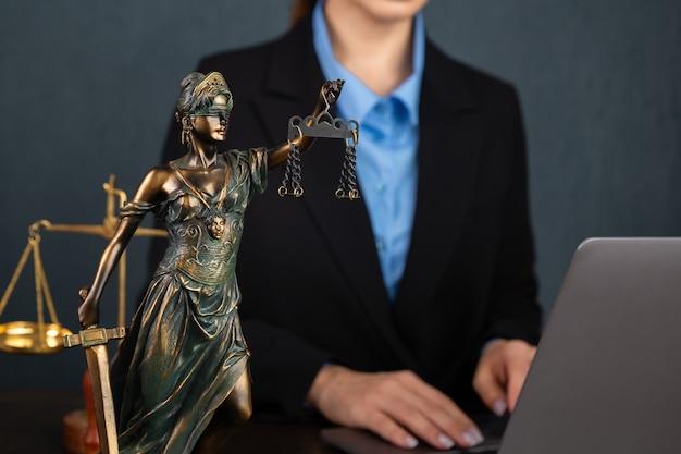 弁護士のビジネスウーマンが働いて公証人がオフィスで文書に署名します