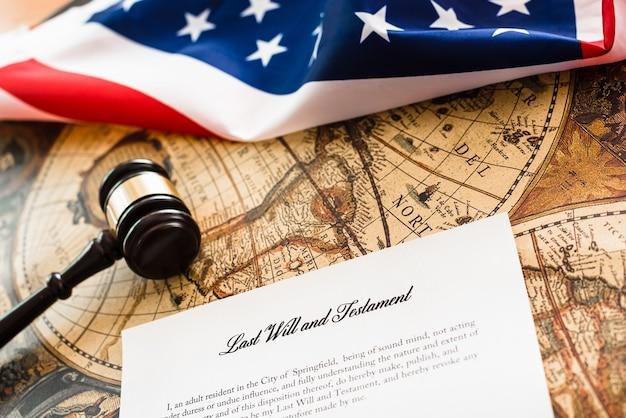 Молоток адвоката удостоверяет завещание и завещание клиента.
