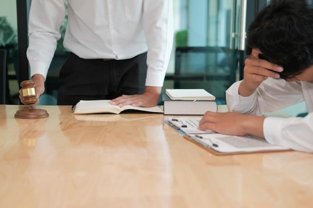 Адвокат дает совет отчаявшемуся человеку. бизнесмен обсуждает юридическое законодательство в юридической фирме. встреча команды судей в зале суда