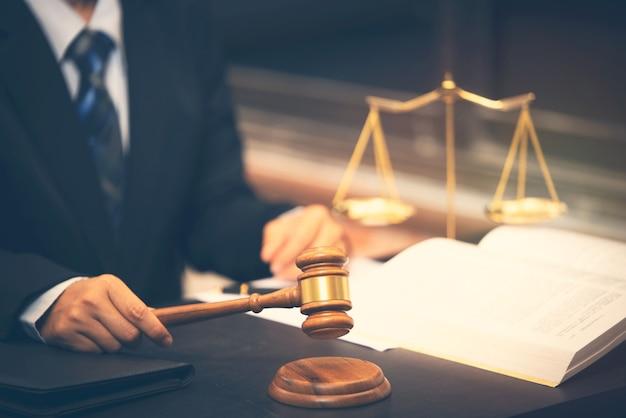 法廷で裁判官のガベルを保持している弁護士、弁護士裁判官の概念