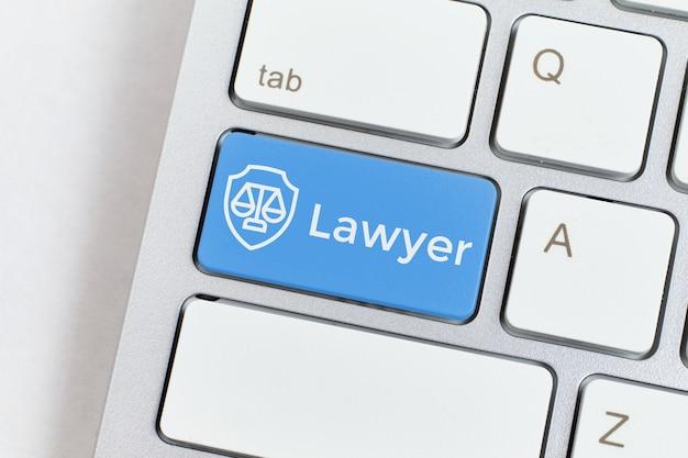 Значок юриста на клавиатуре как концепция интернет-услуг.